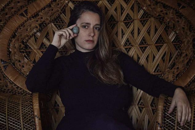 Eliza sentada